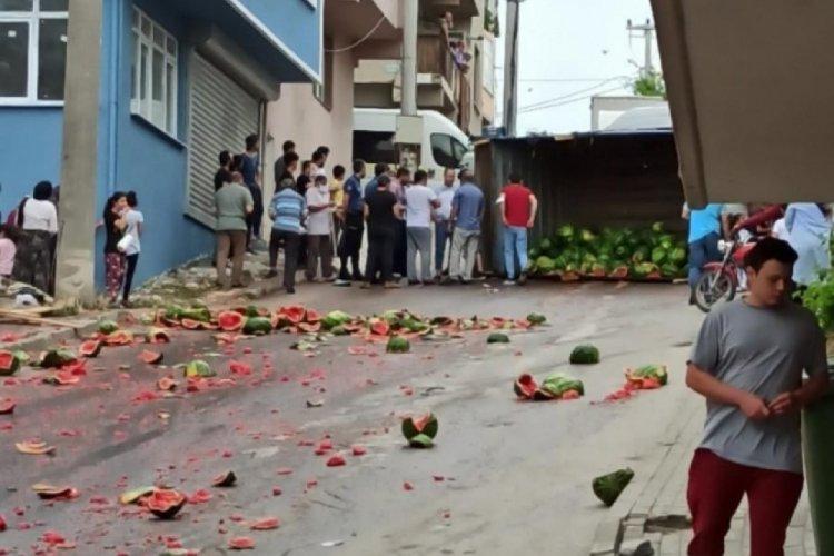 Bursa'da karpuz yüklü kamyon devrildi! Sokak kırmızıya boyandı