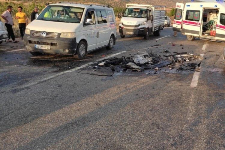 İki araç kafa kafaya çarpıştı:3 yaralı
