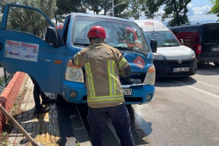 Bursa'da aracın motoruna giren yılan korkuttu