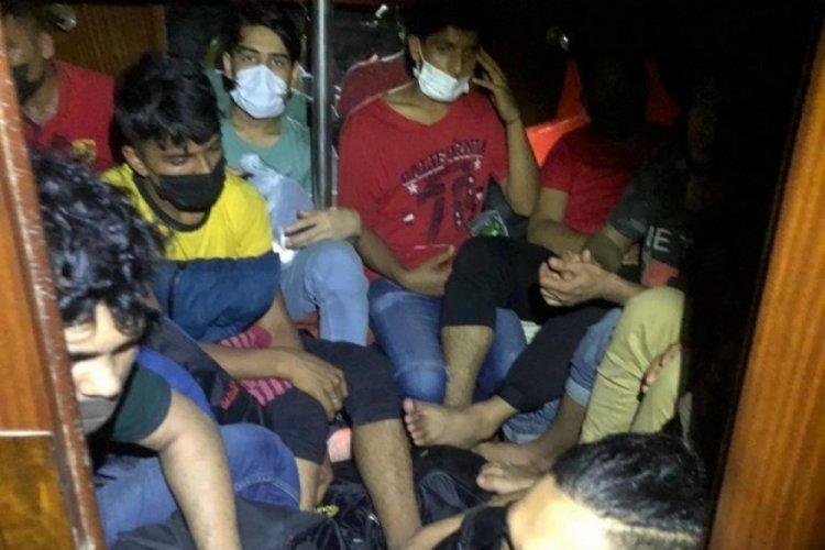 45 kaçak göçmen ile 2 göçmen kaçakçısı İzmir'de yakalandı