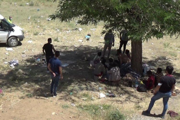 Yol kenarına terk edilmiş 70 kaçak göçmen bulundu