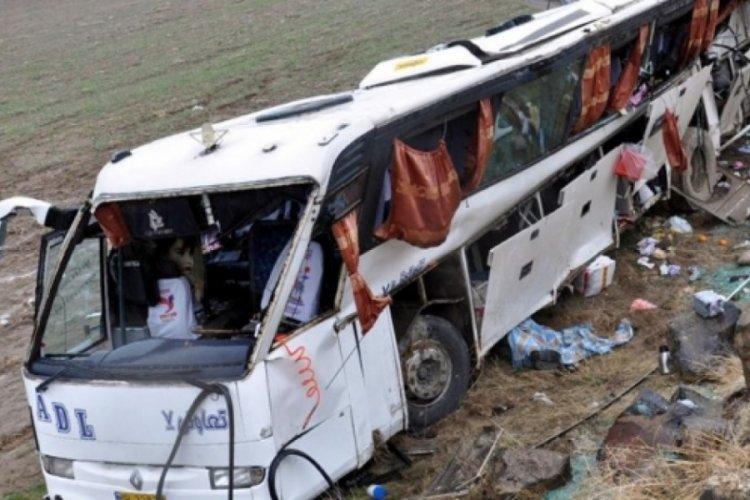 İran'da frenleri bozulan yolcu otobüsü devrildi