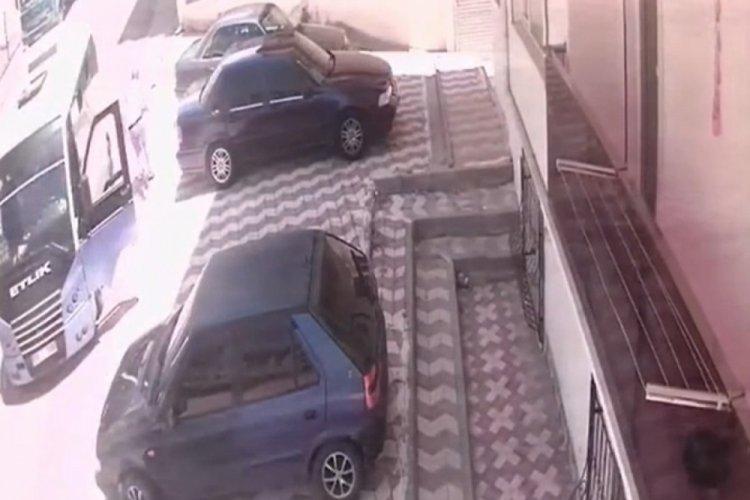 Yolcu minibüsünün küçük Emir'e çarpması kamerada