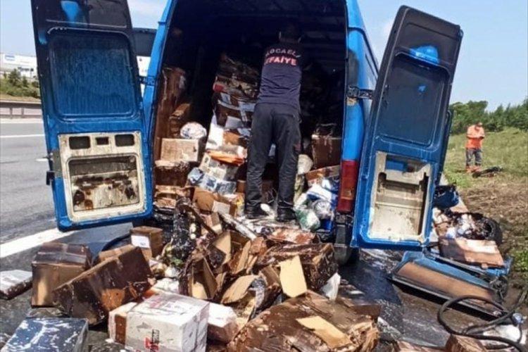 Kargo firmasına ait araç otoyolda yandı