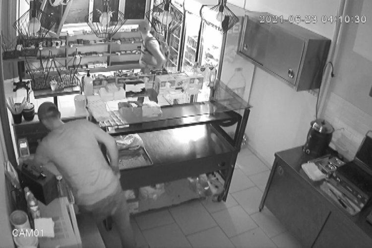 Bursa'da senede bir soydukları kafede güvenlik kamerasına yakalandılar