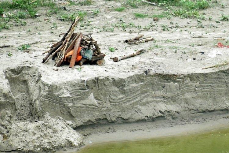 Hindistan'da şiddetli yağış gömülmüş yüzlerce cesedi ortaya çıkardı