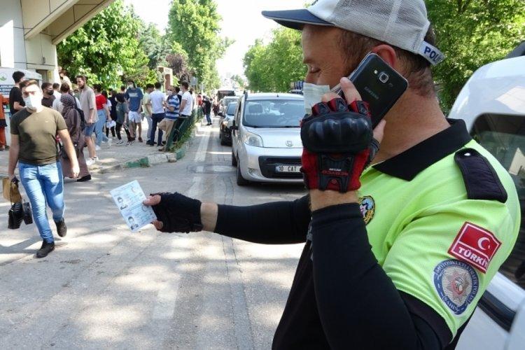 Bursa'da sınava giderken kimliklerini düşüren öğrencileri polis kurtardı