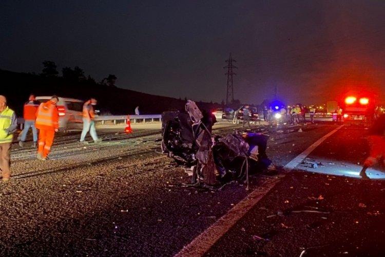 TIR'a arkadan çarpan otomobil hurdaya döndü: 3 ölü, 1 ağır yaralı