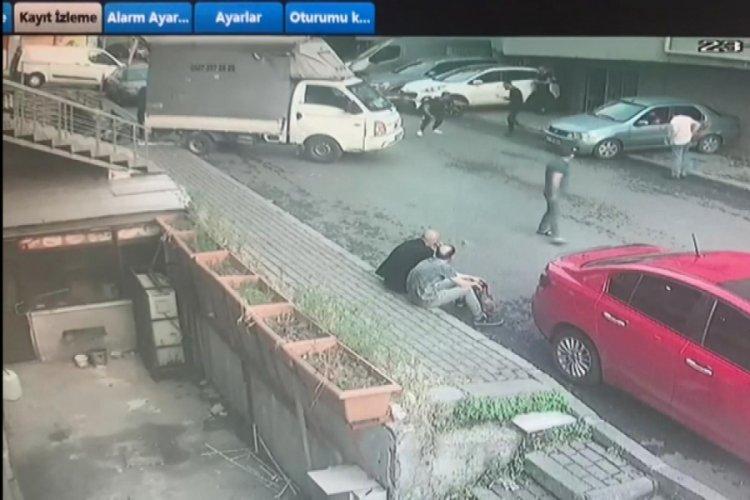 Kafa attığı kişiyi silahla kovaladı