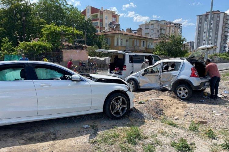 Kayseri'de iki otomobil çarpıştı: 8 yaralı
