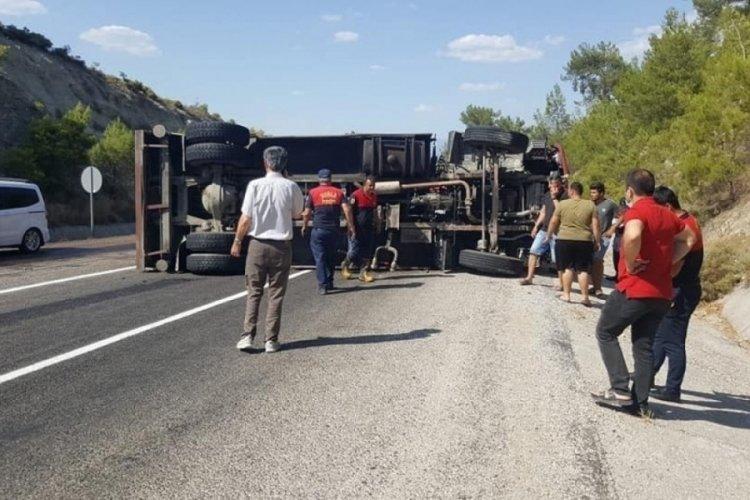 Muğla'da yangına müdahaleye giden itfaiye aracı devrildi: 2 yaralı
