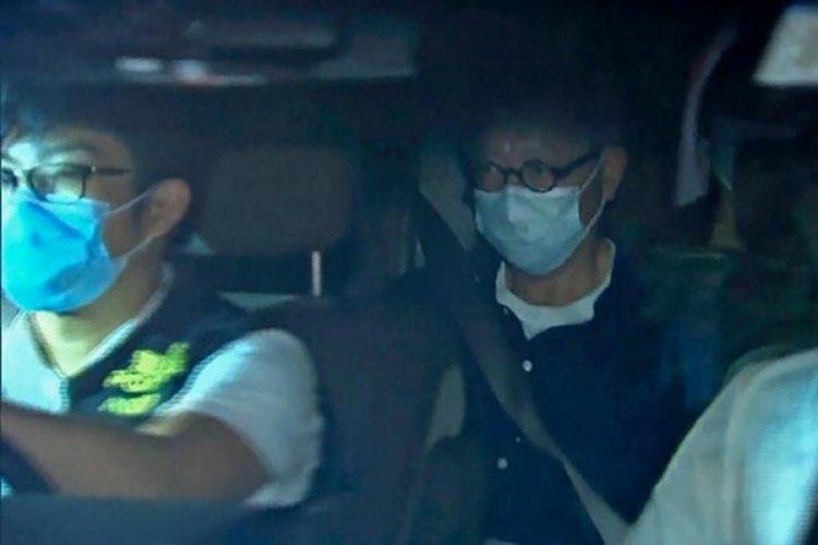 Hong Kong'da kapattığı gazetenin başyazarına havaalanında gözaltı