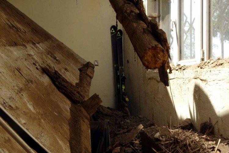 Kerpiç evin damı çöktü
