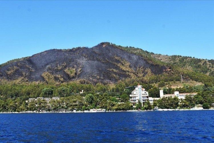 Marmaris'te yanan ormanlık alan denizden görüntülendi