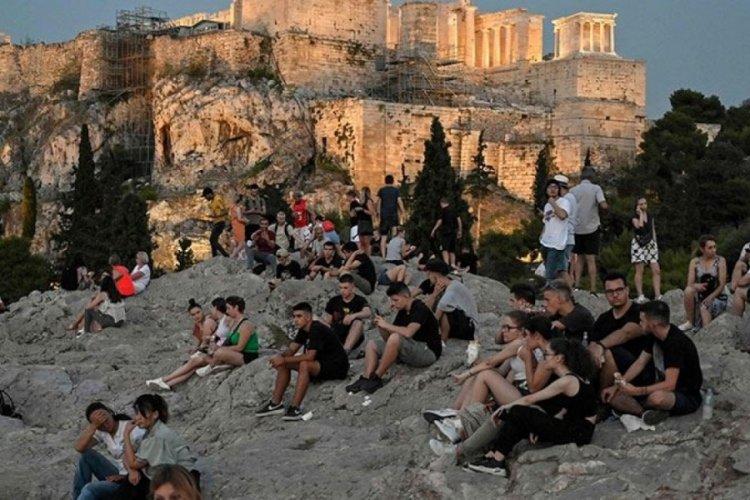 Yunanistan aşı olan gençlere para verecek