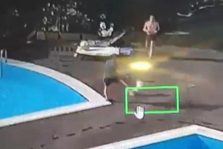 Köpeği tekmeleyen site yöneticisini havuza attı