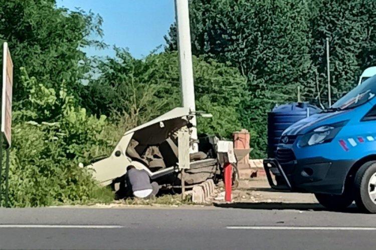 Direğe çarpan otomobil ikiye bölündü: 1 ölü