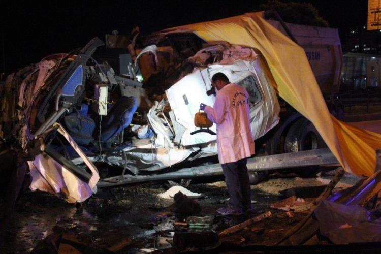 Aşırı süratle giden kamyon şoförü, kazada öldü