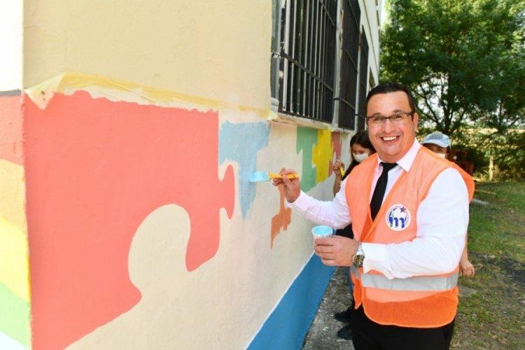 Bursa'da Başkan okulu boyadı, çocuklarla seksek oynadı