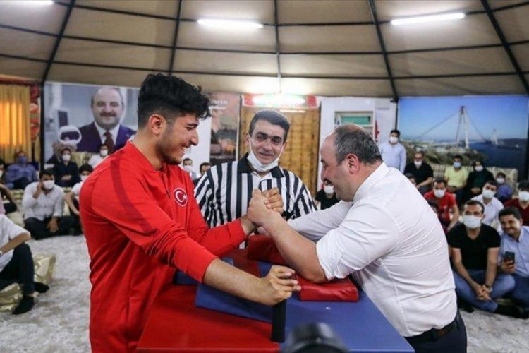 Bakan Varank, milli sporcuyla bilek güreşi yaptı