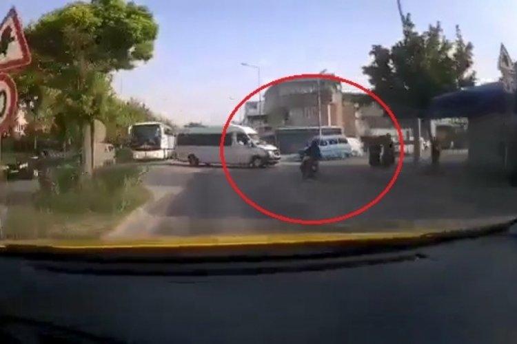 Bursa'da motosikletin servis minibüsüne çarptığı kaza, kamerada