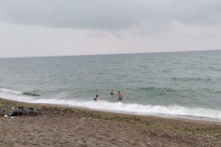 Yağmura aldırış etmeden denize girdiler