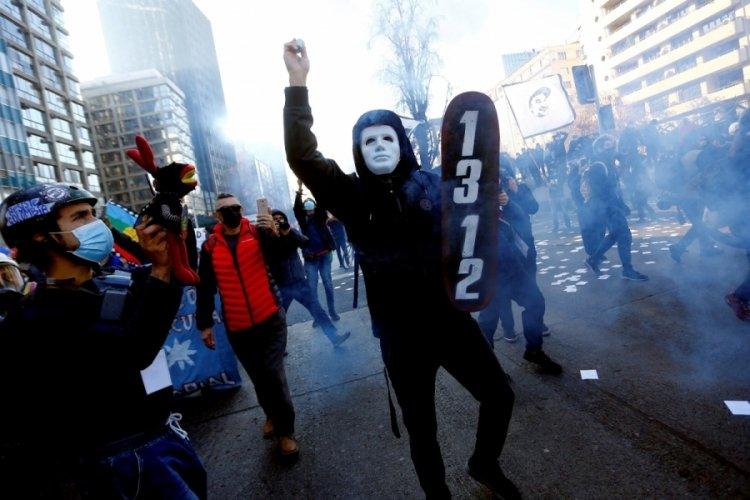 Yeni anayasa çalışmalarının ilk oturumunda protestolar patlak verdi