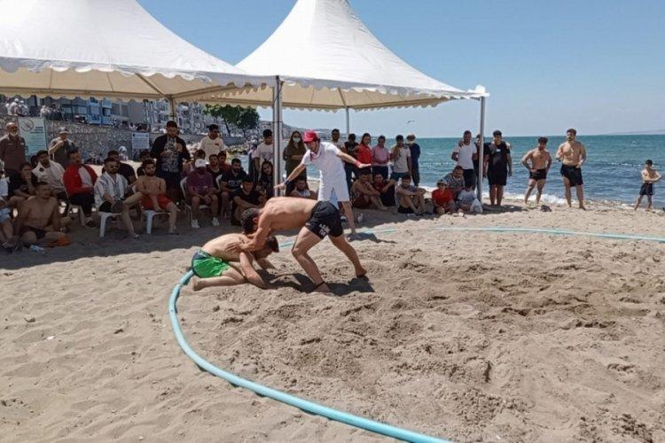Bursa'da güreşçiler plajda hünerlerini sergiledi