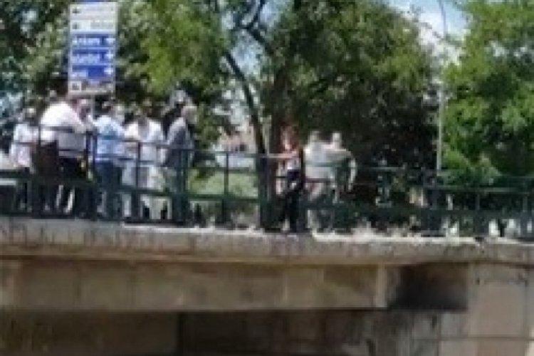 Bursa'da köprüden atlamak isteyen genç kızın kurtarılmasını alkışlarla kutladılar