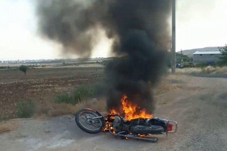 Cezasına kızarak motorunu ateşe verdi