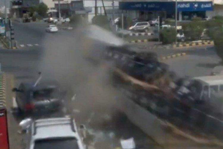 Suudi Arabistan'da tır kırmızı ışıkta bekleyen araçları biçti