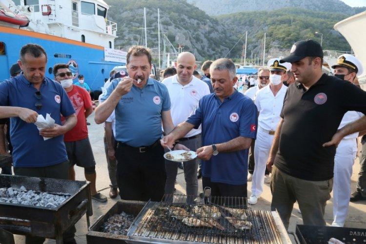 Dikenli ve zehirli olmasına rağmen aslan balığını pişirip yediler