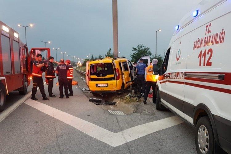 Taksi yol ayrımındaki bariyerlere çarptı: 2 ölü, 5 yaralı