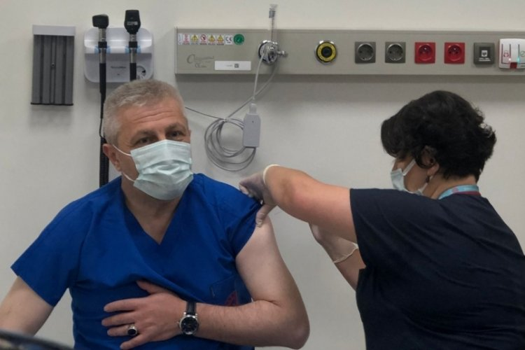 Bursa İl Sağlık Müdürü Yavuzyılmaz, üçüncü doz aşısını oldu