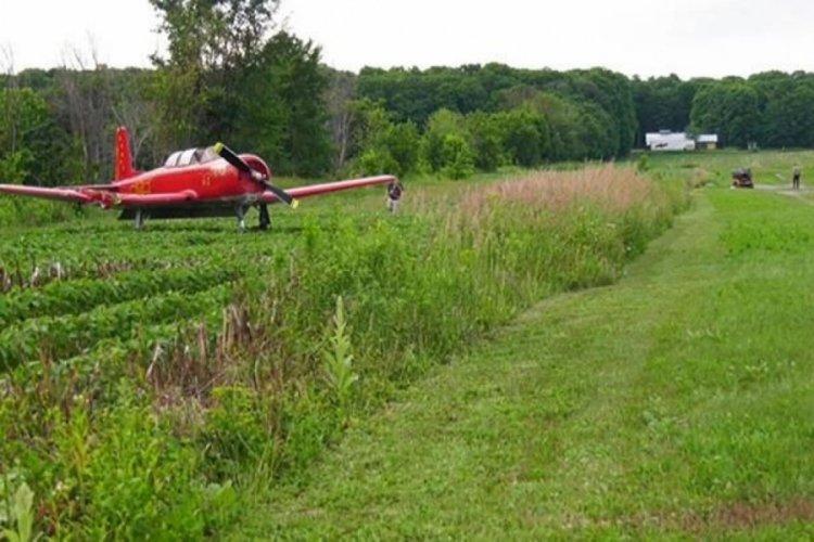 Çim biçen kadına uçak çarptı!