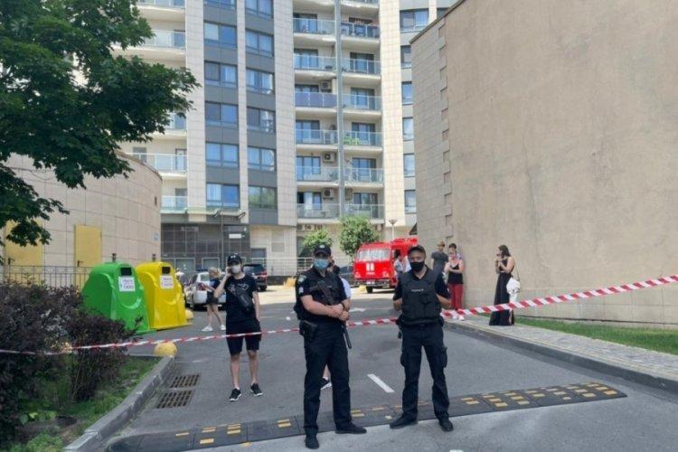 Evden çıkmak istemeyen kişi polisle çatıştı