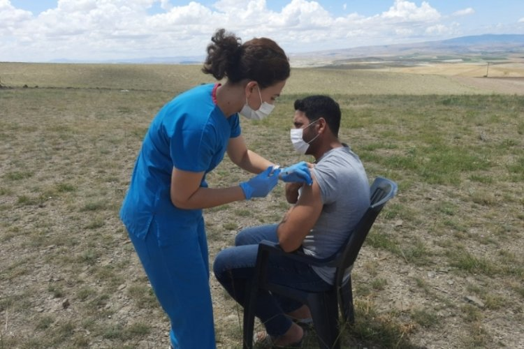 Tarım işçilerinin Covid-19 aşıları tarlada yapıldı
