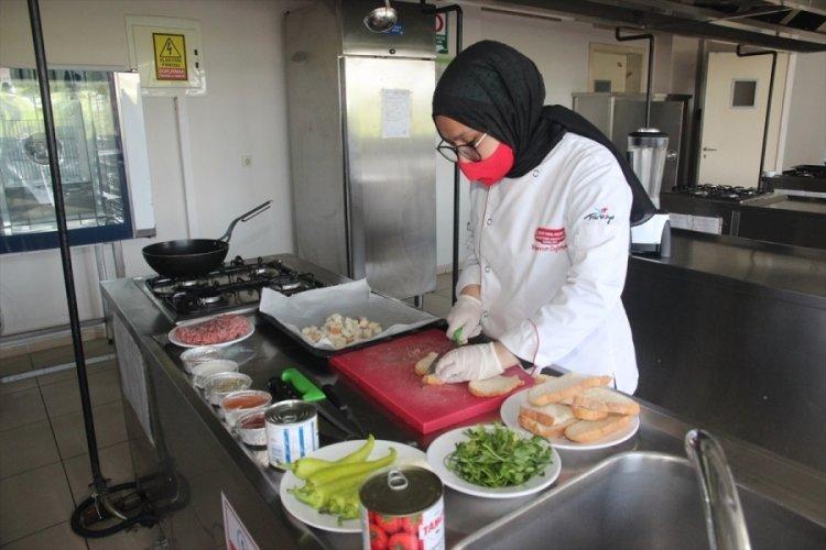 """Bursa'da aşçılık eğitimi alan liseliler, öğretmenleriyle """"bayat ekmekli"""" tariflerini tanıttı"""