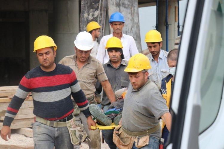 İnşaat işçisi 5 metre yükseklikten düştü