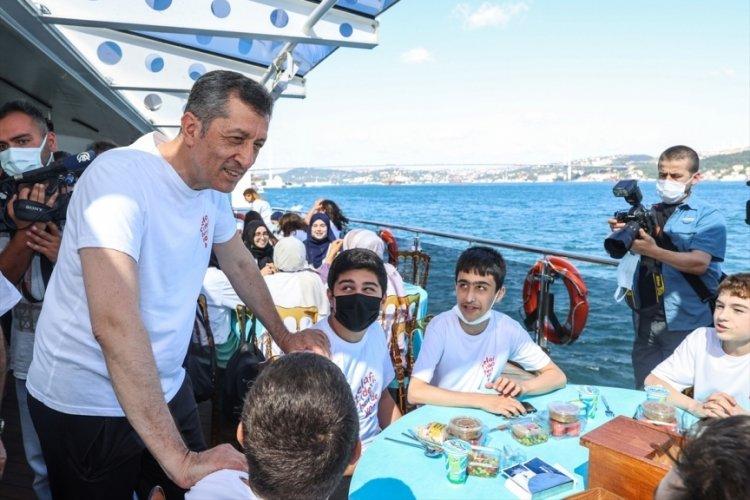 Milli Eğitim Bakanı Selçuk, vapur gezisinde öğrencilerle bir araya geldi