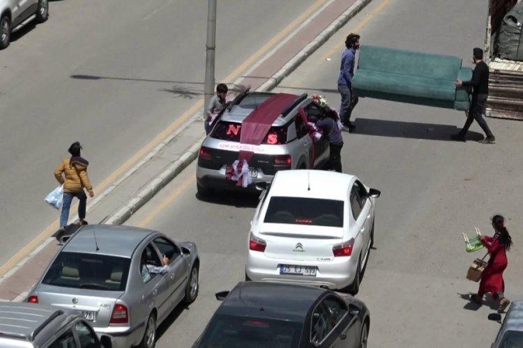 Bahşiş almak için düğün arabasını çekyatla durdurdular!