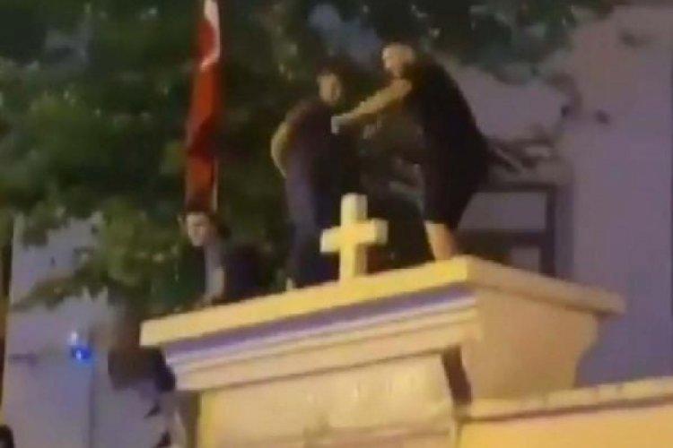 Kilise duvarı üstünde dans eden 3 kişiye ev hapsi talebi