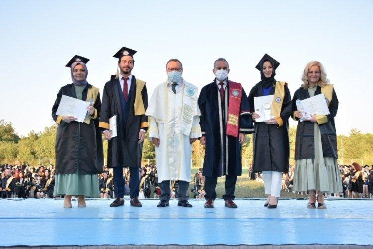 Bursa'da doktorluk yaparken kazandığı üniversiteyi birincilikle bitirdi