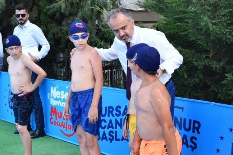 Bursa'da okul bahçesinde yüzme öğreniyorlar