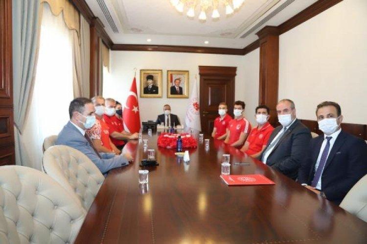 Olimpiyatlara katılacak milli sporcular, Vali Canbolat'ı ziyaret etti