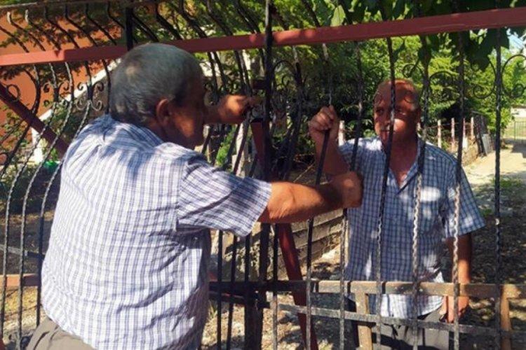 Mersin'de evinin yolunu demir bariyerle kapattı
