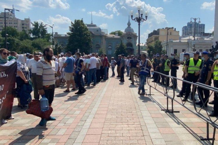 Ukrayna'da gaziler Meclis binasını bastı!