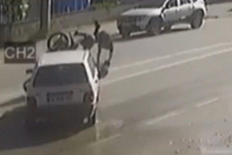 Bursa'da otomobil ile motosikletin çarpıştığı kaza kamerada