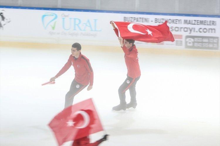Bursa'da milli artistik buz pateni sporcuları 15 Temmuz şehitlerini Türk bayraklarıyla andı