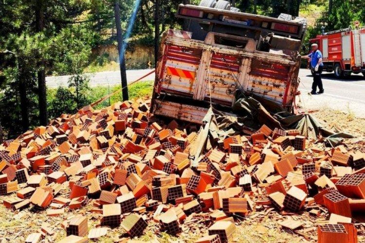 Bursa'da tuğla yüklü kamyon devrildi: 4 yaralı